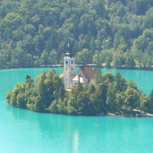 Do Albanii 2009 - Słowenia, kościół na wyspie w Bled
