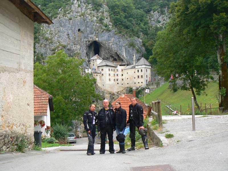 Do Albanii 2009 - Słowenia, zamek Predjama