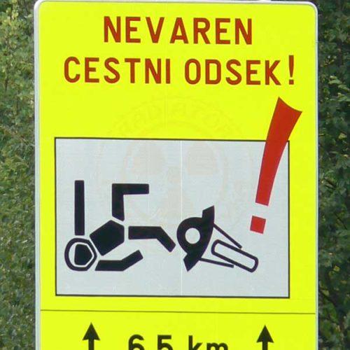 Do Albanii 2009 - znak ostrzegawczy dla motocyklistów w Słowenii
