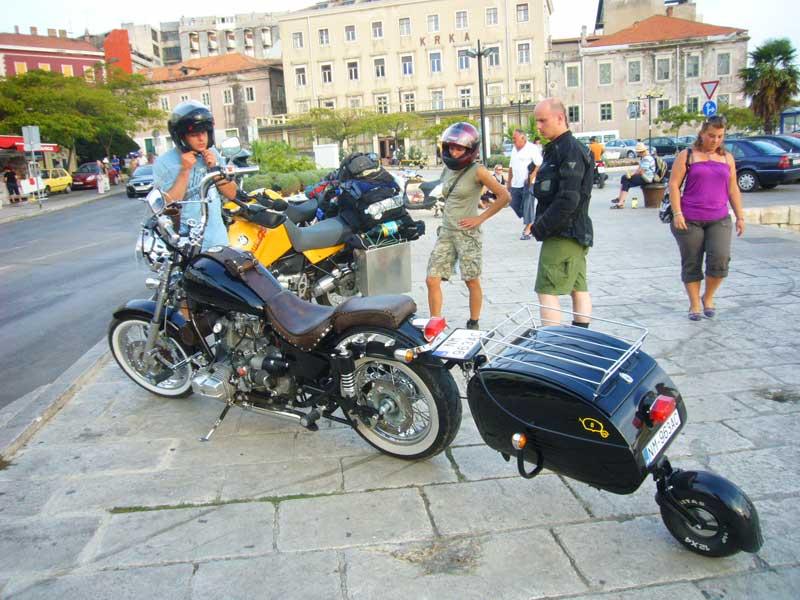 Do Albanii 2009 - przeglądanie motocykla z przyczepką w Szybeniku