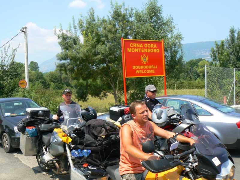 Do Albanii 2009 - zatłoczone przejście graniczne do Albanii