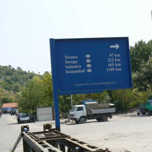 Do Albanii 2009 - drogowy znak informacyjny w Albanii