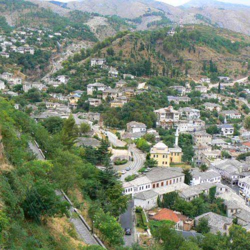 Do Albanii 2009 - Gjirokastra, miasto białych dachów w Albanii