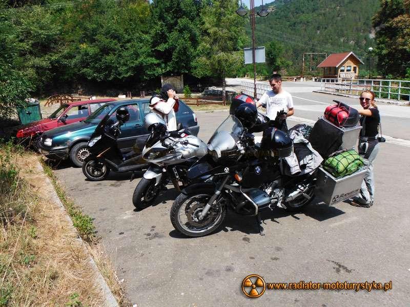 Wyprawa motocyklowa – Bułgarski Bastion Komunizmu - na parkingu pod monastyrem
