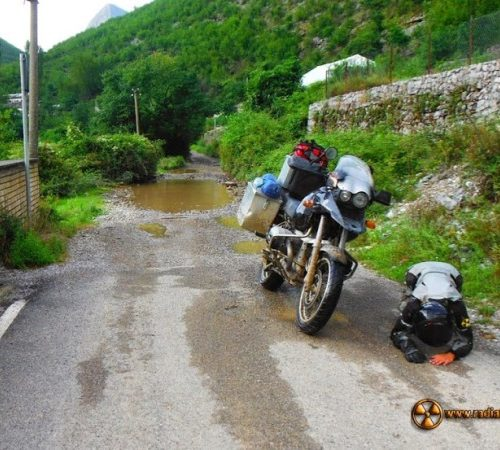 Radość okazywana po przejechaniu pętli Theth w Albanii - do kraju śmieci, mercedesów, bunkrów i klaksonów