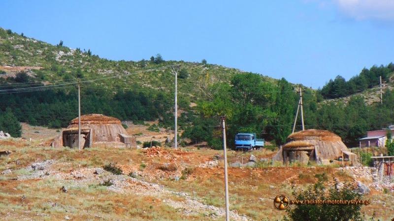 Albańskie bunkry - do kraju śmieci, mercedesów, bunkrów i klaksonów