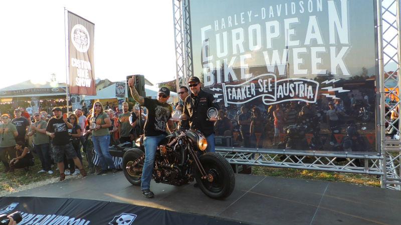 Szef GOC Stanisław Myszkowski odbiera nagrody w konkursie Harley-Davidson Custom Bike Show z rąk Billa Davidsona, wnuka założyciela firmy