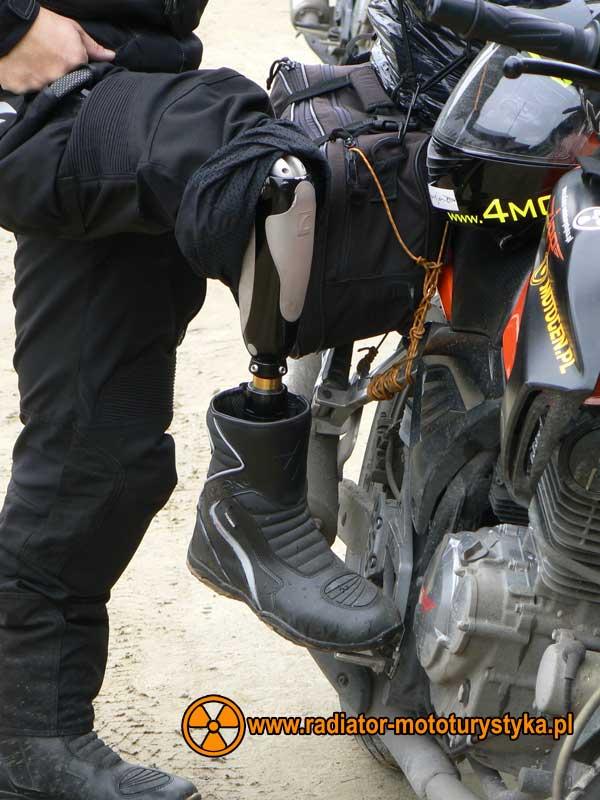 Jedną nogą w Armenii. Maciej Banaszek i jego proteza.