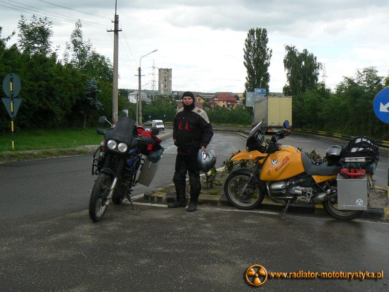 Wyprawa motocyklowa. Gruzja - Swanetia 2011. Rumunia - pierwszy dzwon - Mietek powstał ale jego stelaż od kufrów był już przetrącony do końca wyjazdu