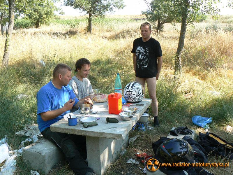 Wyprawa motocyklowa. Turcja - przerwa na posiłek wspólnie z Maćkiem Grzelakiem.
