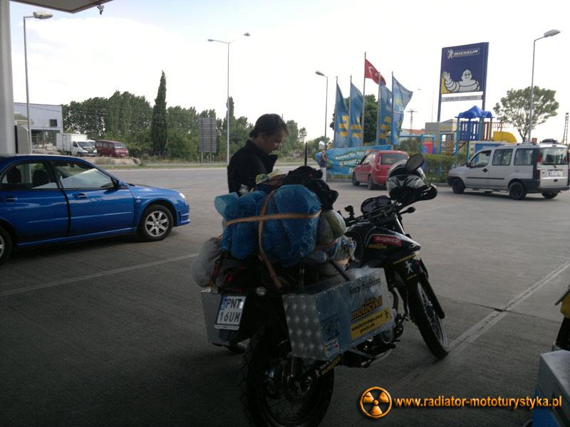 """Turcja - Maciek Grzelak na stacji benzynowej podczas swojej podróży """"Dookoła na dwóch kołach"""""""