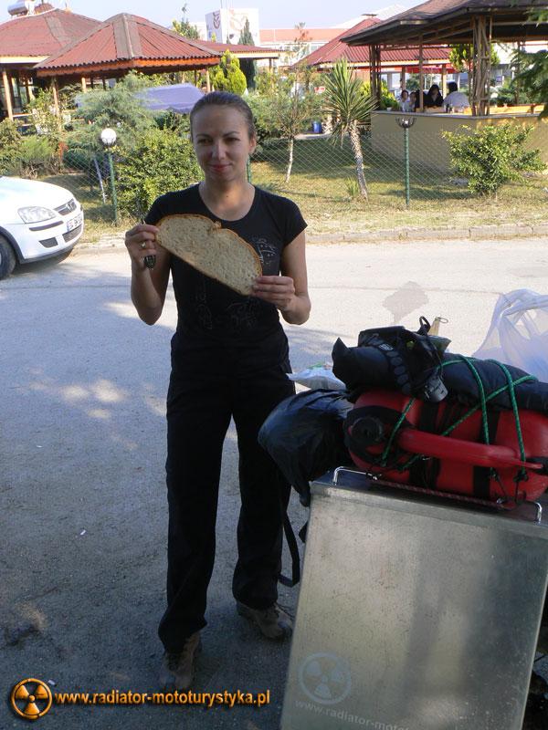 Wyprawa motocyklowa. Gruzja - Swanetia 2011. Turcja - Tamara z kromką tureckiego chleba.