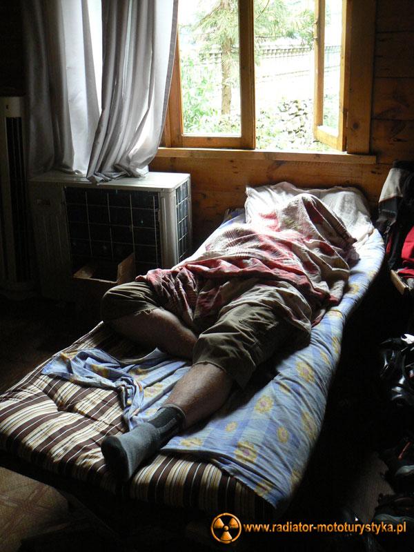 Wyprawa motocyklowa. Gruzja - Swanetia 2011. Gruzja - Batumi/Makhinjauri - Mietek podczas snu.