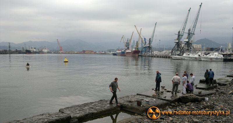 Wyprawa motocyklowa. Gruzja - Batumi - nabrzeże portowe i wędkarze.