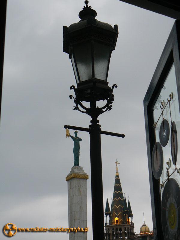 Gruzja - Batumi - widok z baru na zabytki. W tle pomnik Medei ze złotym runem w ręce.