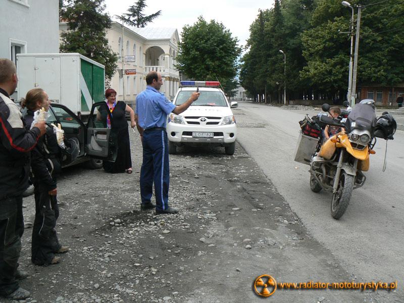 Gruzja - miasteczko w drodze do Uszguli i przemiły policjant