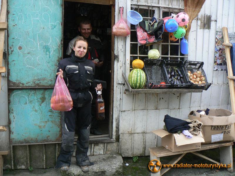 Gruzja - w drodze do Uszguli - zakupy