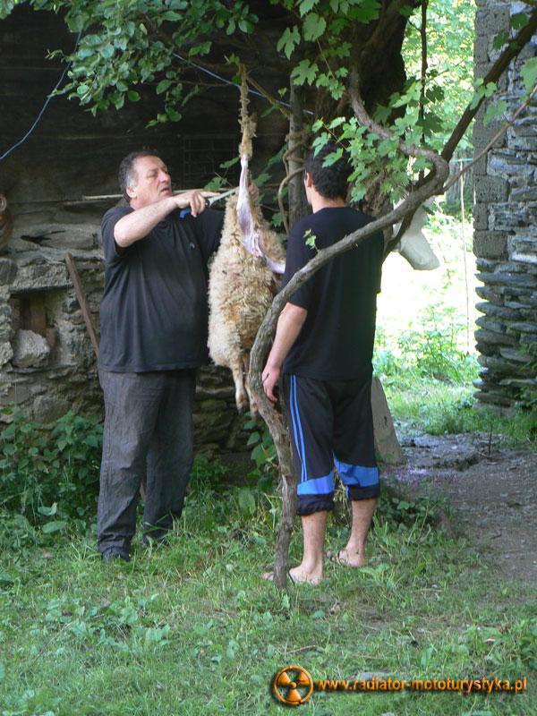 Gruzja - Swanetia - poranek w Tekali - rzeź jagniątka na święto Piotra i Pawła