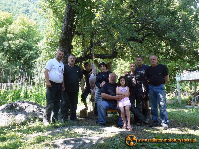 Gruzja - Swanetia - poranek w Tekali - pożegnalne zdjęcie rodzinne