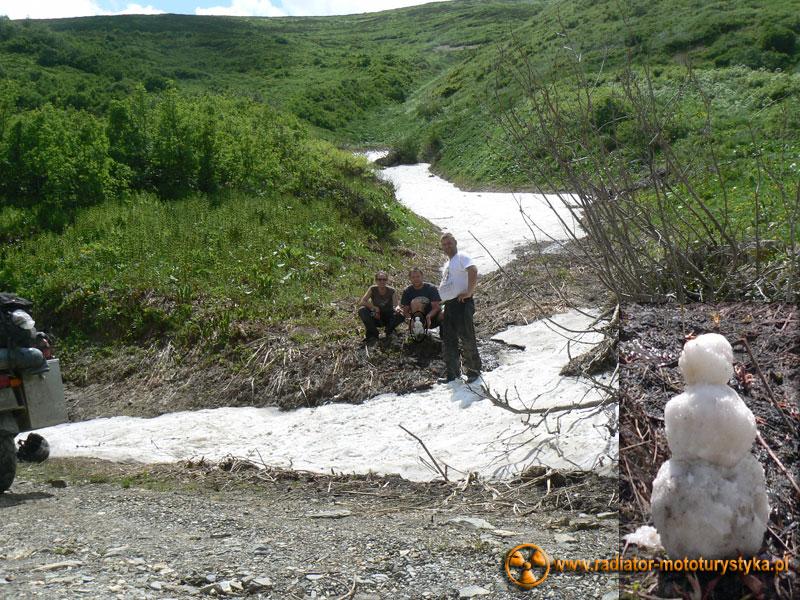 Gruzja - Swanetia - droga do Uszguli. Lepimy bałwana i odkrywamy źródło na środku drogi.