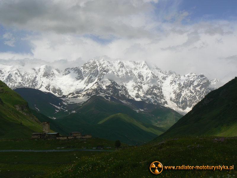 Gruzja - Swanetia - Uszguli - widok na najwyższy szczyt Gruzji - Szchara – 5069 m.n.p.m.