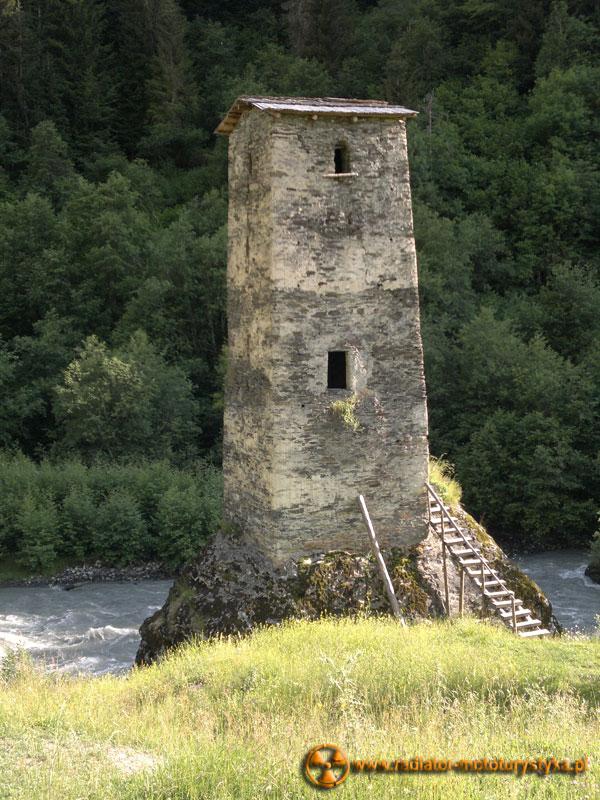 Gruzja - Swanetia - samotna wieża na trasie Uszguli - Mestia