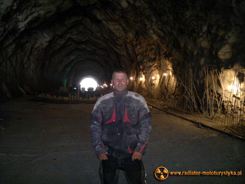 Gruzja - Swanetia - prace budowlane na trasie Zugdidi - Mestia. Mietek w jednym z budowanych tuneli.