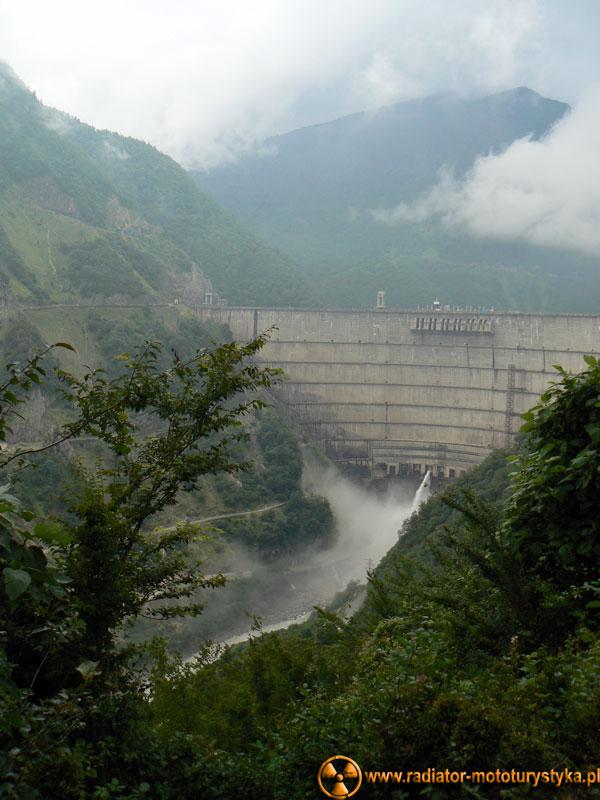 Gruzja - betonowa zapora wodna na rzece Inguri - 272 metry wysokości. Aktualnie trzecia pod względem wysokości zapora na świecie.