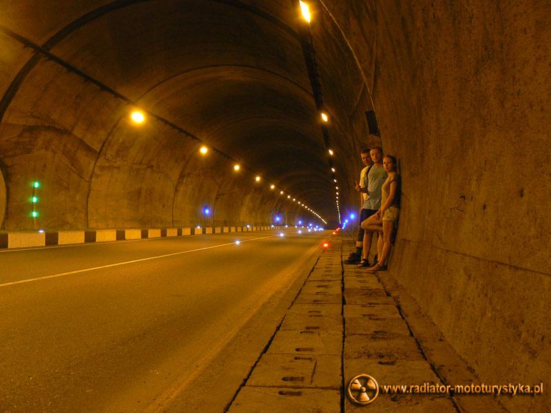 Gruzja - Makhinjauri - przechodzimy tunelem do Batumi. Potworny smog.