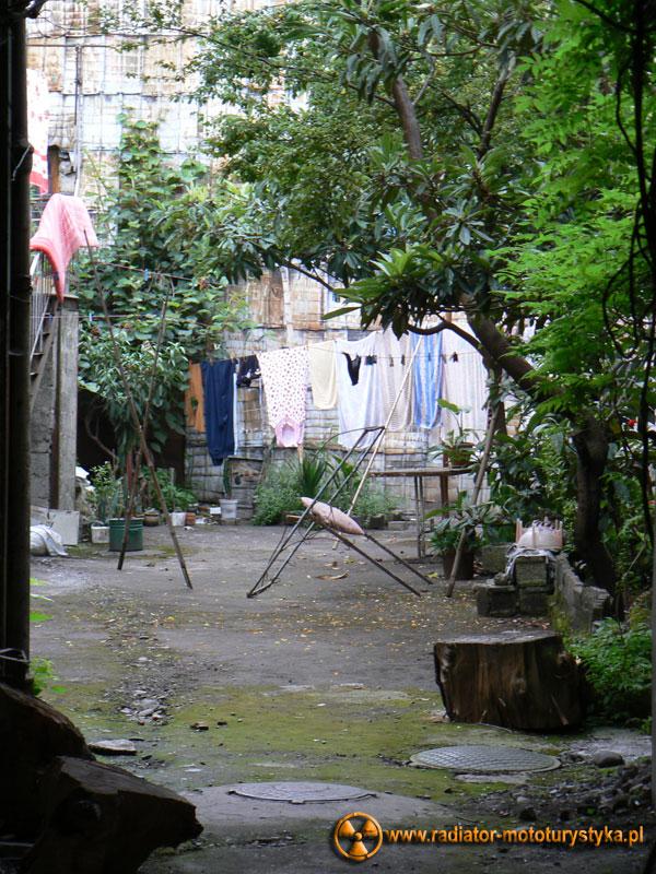 Gruzja - mieszkalny dziedzińec w Batumi