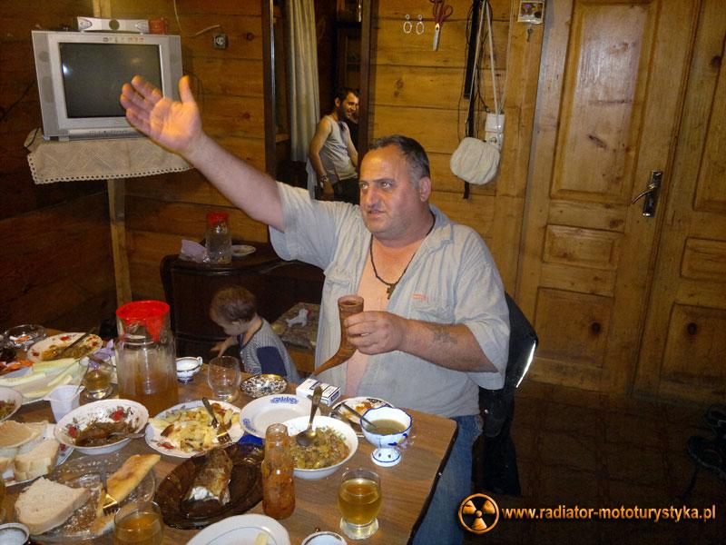 Gruzja - gruzińska uczta. Picie wina z rogu to zaszczyt. Asłan jako tamada.