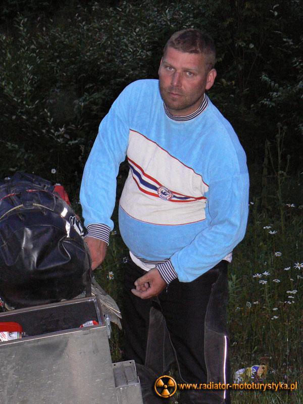 Karpaty ukraińskie - nocleg w lesie niedaleko Jaremczy - Mietek w sweterku z czasów podstawówki