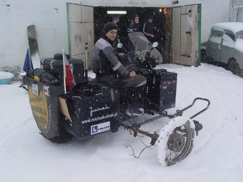 Dookoła świata – Michał Kubiak na śniegu - Junak z projektem wózka.