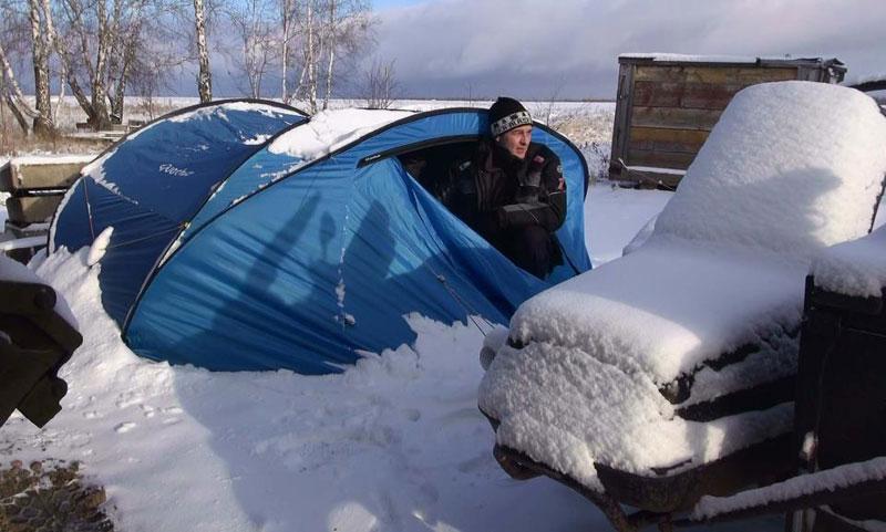 Dookoła świata – Michał Kubiak na Junaku. Spanie w namiocie podczas opadów śniegu.