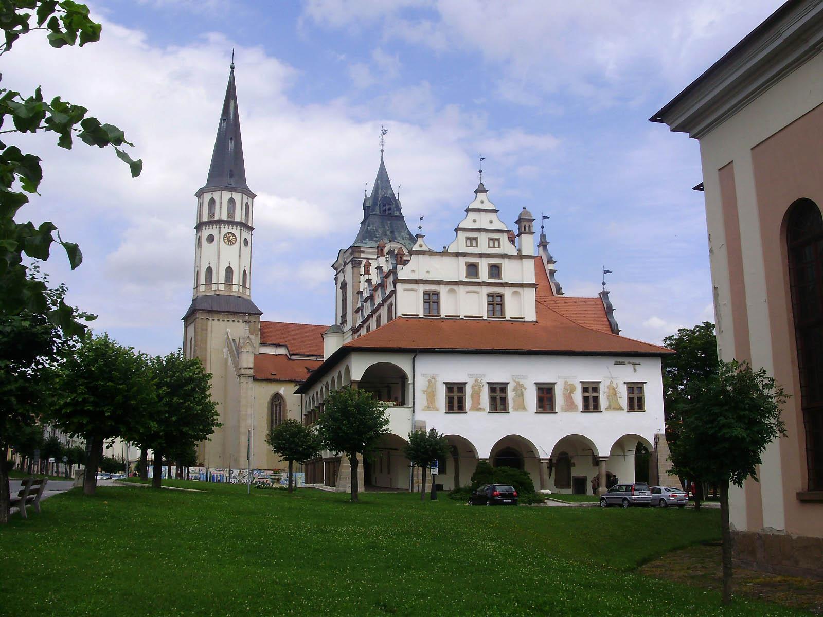 Renesansowy ratusz i gotycki kosciol w Lewoczy