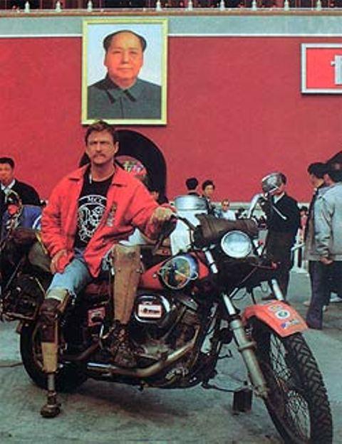 Dave Barr był pierwszym motocykilstą z Zachodu, który pozował pod portretem Mao na placu Tienanmen w Pekinie.