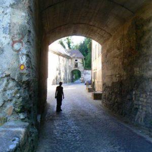 Do Albanii 2009 - Słowenia, przejazd pod zamkiem Bistra