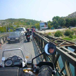Do Albanii 2009 - przeciskanie się na moście w Szkodrze w Szodrze w Albanii