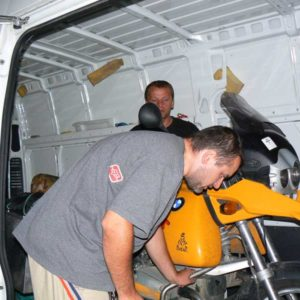 Do Albanii 2009 - drugi etap akcji ratunkowej na Węgrzech, łądowanie sprzętu