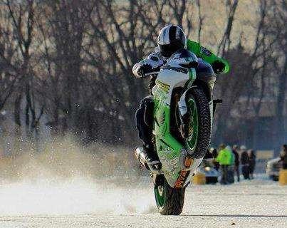 Rekord Guinessa – wheelie motocyklem po lodzie – film