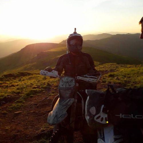 Enduro Polulanka - piękno i piekło mordoru - Ukraina - połoniny motocyklowo w świetle zachodzacego słońca - na Pikuj