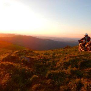 Enduro Polulanka - piękno i piekło mordoru - Ukraina - połoniny motocyklowo w świetle zachodzacego słońca