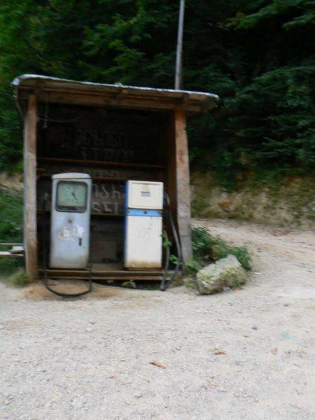 Gruzja motocyklowo 2010 – wyprawa na magiczne Zakaukazie - archaiczna stacja benzynowa
