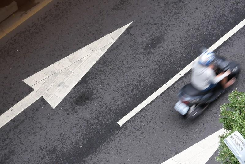 Motocykl jadący ulicą miejską