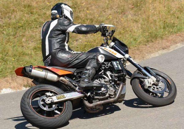 Motocyklista na motocyklu w zakręcie