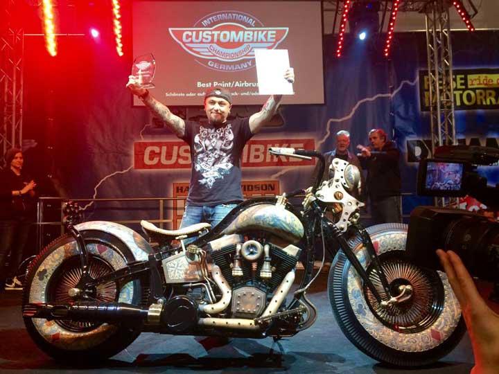 Stanisław Myszkowski odbiera nagrodę dla The Recidivist podczas Custom Bike Show Bad Salzuflen 2014