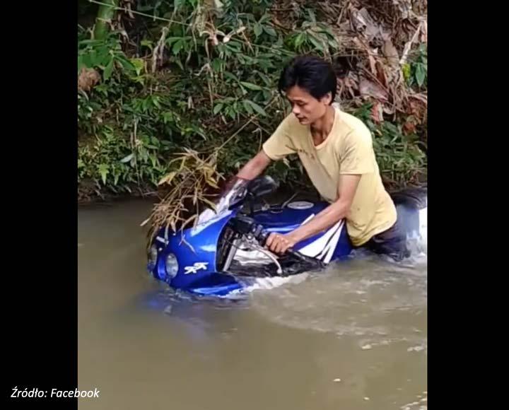 Szalony motocyklista w wodzie