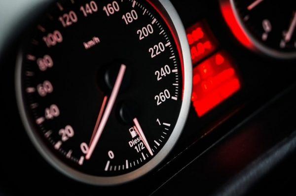 prędkościomierz samochodowy