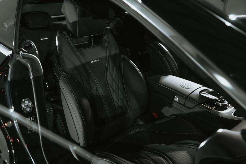 skorzane siedzenie wewnątrz samochodu